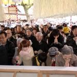 拝殿から見た多くの参拝客